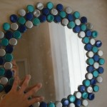 rama rotunda handmade oglinda decorata cu capace metalice reciclate