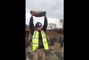 Cum se distreaza baietii pe santier cu sacii de ciment, in pauze – VIDEO