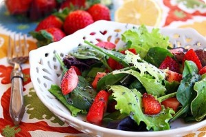 Salata verde creata cu capsuni