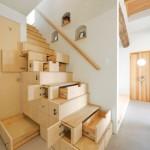 scara interioara lemn cu multe sertare si spatii de depozitare in trepte si in laterala