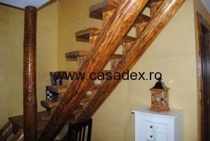 Scara interioara din lemn. Scandura si busteni