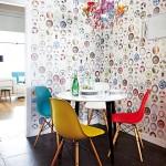 scaune colorate bucatarie asortate cu lustra de deasupra locului de luat masa
