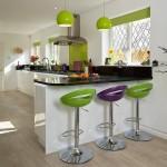 scaune de bar moderne colorate asortate cu lustra din bucatarie