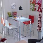 scaune moderne colorate asortate cu tablouri decorative colorate din bucatarie