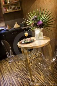 scaune transparente loc mic luat masa bucatarie