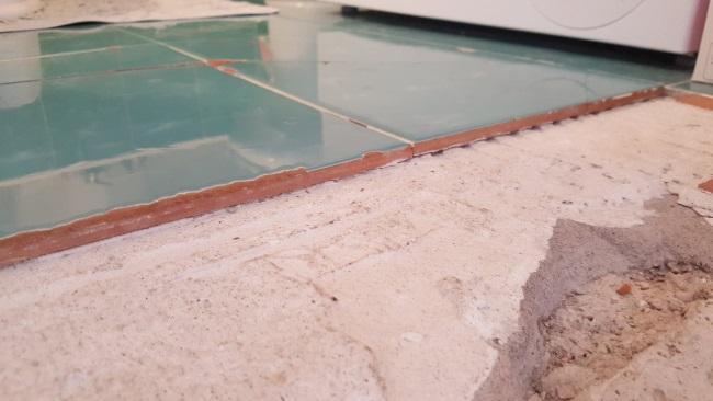 schimbare gresie sparta baie
