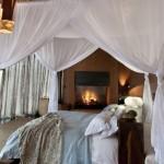 semineu si pat cu baldachin dormitor matrimonial cabana de lux leobo africa de sud