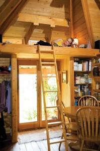 spatiu de dormit amenajat sub acoperis casuta lemn
