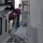 straduta din Mykonos vopsita in alb