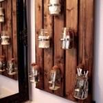 suport decorativ de perete confectionat din paleti din lemn si borcane goale