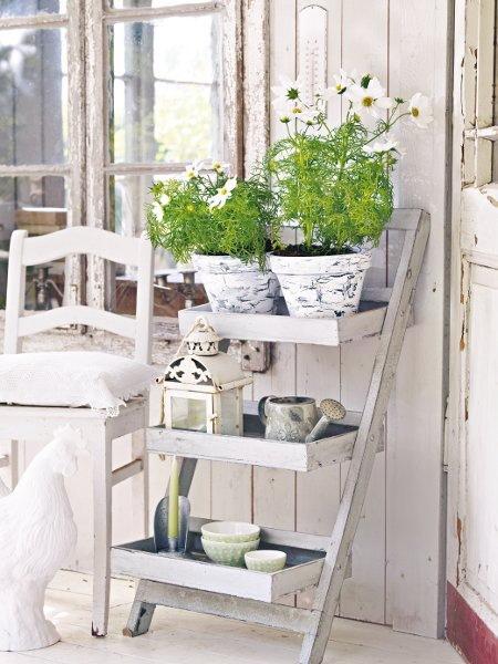 suport flori din scara veche lemn pentru terasa stil shabby chic