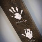 tablou hand made amprente palme pe o bucata de lemn
