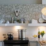 tapet decorativ aplicat pe perete deasupra blatului de lucru din bucatarie