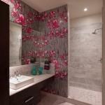 tapet decorativ imprimeu floral decora baie moderna