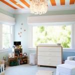 tavan alb cu dungi portocalii decor camera copil