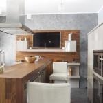 televizor montat pe perete in fata locului de luat masa din bucatarie moderna minimalista