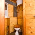 toaleta casuta de vacanta din vagon de tren vechi