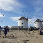 turisti in vizita la morile de vant de pe insula Mykonos
