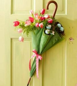 umbrela impodobita cu flori si oua colorate decoratiune de paste pentru usa de intrare