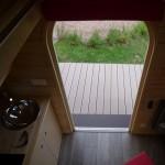 usa intrare casuta mica lemn prefabricata