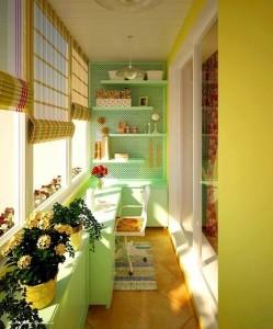 varianta amenajare birou luminos si colorat in balcon mic si ingust