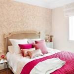 varianta asortare accesorii decorative ciclam in dormitor decorat in nuante de crem si bej