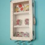 vitrina pentru farfurii si pahare vintage din valiza veche reconditionata